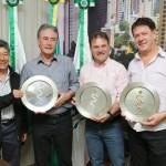 Diretores do Automóvel clube de Cascavel e o prefeito Edgar Bueno exigem os troféus que estarão em disputa amanhã