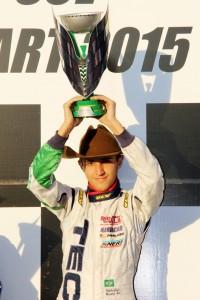 Nathaniel Bueno, de Curitiba, conquistou o troféu de campeão da categoria Graduados para Curitiba