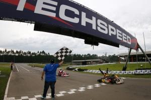O paranaense Gabriel Dias vibra com a vitória que lhe deu o título brasileiro da categoria Shifter