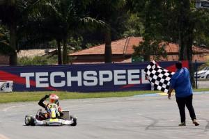 José Muggiati Neto comemora vitória que lhe valeu o título da Júnior Menor na Copa de Kart das Federações
