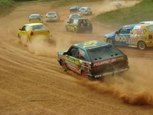 Nas competições de terra, cada volta reserva uma emoção diferente para os pilotos e para o público
