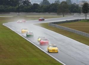 O treino classificatório da categoria Turismo 5000 foi disputado sob chuva intensa