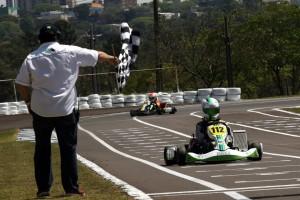 O cascavelense Edgar Bueno Neto recebe a bandeirada da vitória na categoria Júnior