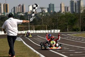 Lucas Staico comemora a vitória e conquista do título de campeão da categoria Cadete no Paranaense de Kart