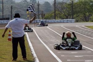 Márcio do Lago inicia a comemoração do primeiro título de sua carreira já na bandeirada