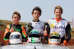 O curitibano José Muggiati e os cascavelenses Edgar Bueno e Pedro Gurgacz dão a volta da vitória no Kartódromo Delci Damian