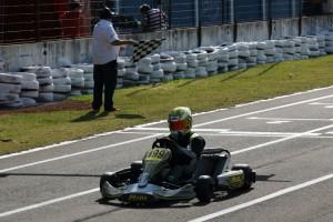 Victor Carvalho recebe a bandeirada da vitória na categoria Sênior B