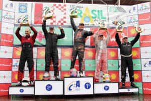 O catarinense Carlos Marcelino, campeão da F-4 Super Sênior, comandou a festa do pódio