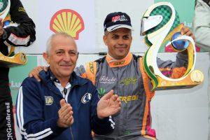 Rubens Gatti, presidente da Federação Paranaense e da CNK, entrega o troféu de campeão a Márcio do Lago