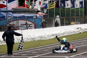 Maurício Zaffari comemora a conquista de seu primeiro título no kartismo nacional
