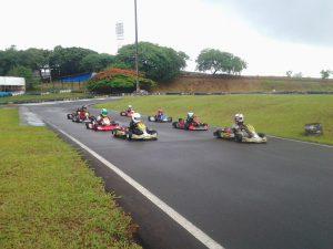 Os alunos da Escolinha de Londrina recebem as aulas praticas no Kartódromo Luigi Borghesi