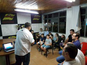 A primeira aula da Escolinha de Kart de Foz do Iguaçu foi ministrada por Bento Tino, vice-presidente da Federação Paranaense