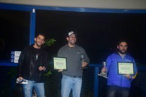 Willian Passos (3º), Carlos Eduardo (campeão) e Vinicius Kavilhuka (vice-campeão) da Super Chev B em 2016