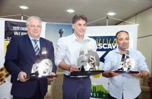 Massaro, Paranhos e Orlei Silva exibem os troféus da 31ª Cascavel de Ouro