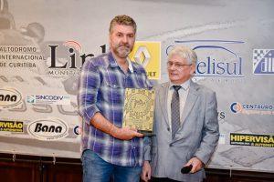 Miguel Beux recebe o Troféu Moura Brito em reconhecimento ao que ele e sua família fez pelo automobilismo