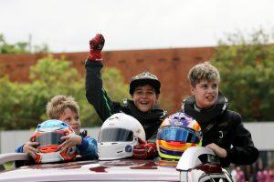 Gabriel Moura (3º), Gabriel Bonilha (campeão) e Felipe Malinowski dos Santos (vice-campeão) desfilam no kartódromo de Londrina