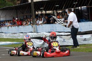 Heitor Dall'Agnol recebe a bandeirada da vitória em Londrina, que lhe confere o título da categoria Mirim no Paraná