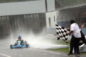Nathan Brito recebe sob um dilúvio a bandeirada da vitória e do título da categoria Novatos