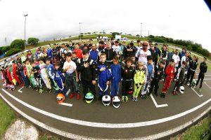 Participantes do Paranaense de Kart posam para a história