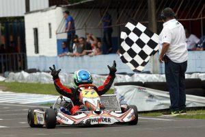 Rafael Futsuki recebe a bandeirada da vitória na primeira prova da categoria Júnior Menor