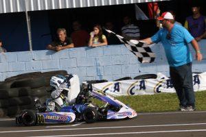 Vinícius Tessaro comemora a vitória na categoria Júnior Menor