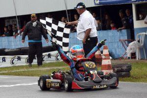Gabriel Moura, de Santa Catarina, comemora o título da categoria Cadete