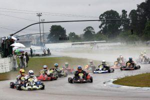 O frio e a chuva não foi empecilho para bons grids e alto nível técnico na 3ª etapa da Copa Super Paraná de Kart (Foto Mario Ferreira)