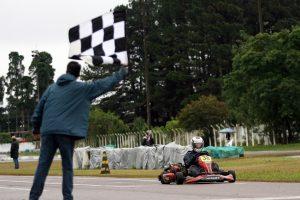 Paulo Rossetti recebe a bandeirada da vitória na categoria F-4 (Foto: Mario Ferreira)