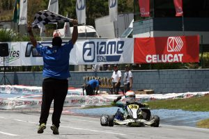 José Luiz Muggiati Neto comemora a vitória que lhe deu o título da categoria Júnior (Foto: Mario Ferreira)