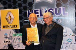 Rubens Gatti dividia a premiação com colaboradores da Federação, pilotos e clubes (Foto: Mario Ferreira)