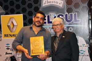 Ari Ebbers recebeu o troféu em homenagem póstuma a seu pai Affonso Eberhard Ebbers (Foto: Mario Ferreira)
