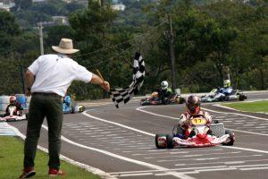 Valdeno Brito, de Londrina, recebe a bandeirada da vitória na categoria Super Sênior (Foto: Mario Ferreira)