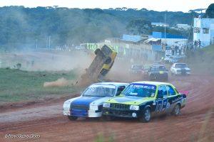 Disputa por posição e capotagem na mesma curva. Isto é a Super Chevy no Metropolitano de Terra de São José dos Pinhais (Foto: Victor Lara)