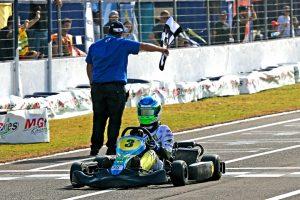 Cadu Bonini comemora o título da categoria Júnior Menor (Foto: Mario Ferreira)