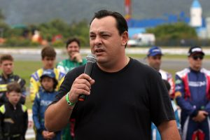 Bruno Sgarioni, presidente da AKRL, lidera a equipe que prepara o Kartódromo Luigi Borghesi para a Copa Brasil (Foto: Mario Ferreira)