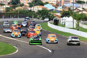 """A Classics e a Speed proporcionaram bons pegas no """"Enquanto Você Espera"""" das 500 Milhas de Londrina (Foto: Cláudio Kolodziej)"""