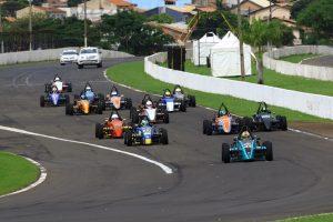 A Fórmula 1.600 é uma excelente opção entre o kart e categoria maiores (Foto: Cláudio Kolodziej)