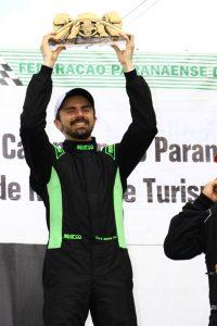 Oscar Moraes Neto fez a festa na preliminar das 500 Milhas de Londrina e ganhou as duas provas da categoria Fórmula 1.600 (Foto: Cláudio Kolodziej)
