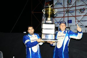 Rafael e Gustavo Simon posam com o troféu da 28ª edição das 500 Milhas de Londrina (Foto: Cláudio Kolodziej)
