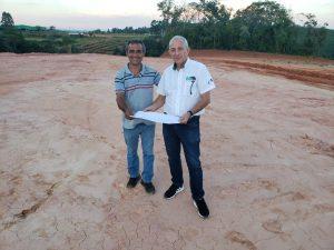 Luiz Santos Camargo mostra a Rubens Gatti a área onde será construído o autódromo de Telêmaco Borba (foto: Divulgação)