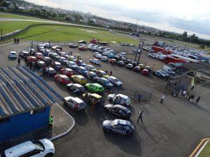 O Metropolitano de Velocidade de Curitiba de 2020 começa com bom número de carros na pista (Foto: Bispo Neto)