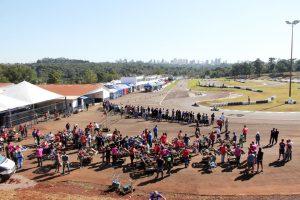 """Nas corridas de kart, um """"exército"""" de preparadores atua nos bastidores e à beira da pista (Foto: Mario Ferreira)"""