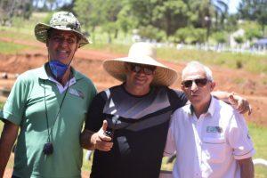 Johnny Sequinel, diretor de prova;  Caros Alberto Soares, promotor; e Rubens Gatti, presidente da Federação Paranaense de Automobilismo (Foto: Victor Lara)