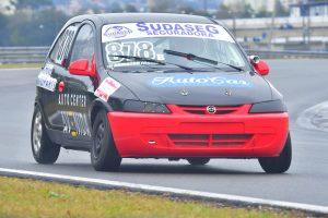 Admilton Farias é o primeiro colocado na segunda prova da categoria Turismo B (Foto: Victor Lara)