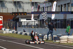 Dirceu Pacheco Pires comemora sua primeira vitória do ano na categoria 125 Sprinter Sênior (Foto: Tiago Guedes/Divulgação)